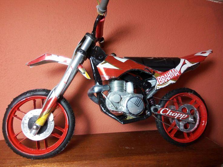 Motocross hecha con latas de aluminio