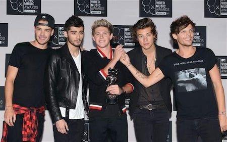 """One Direction """"vô địch"""" về khả năng kiếm tiền  Bảy năm sau khi bước ra từ cuộc thi X Factor, nhóm One Direction đã gặt hái được thành công rực rỡ và ước tính, khối tài sản của mỗi thành viên trong nhóm giờ đã lên tới con số 50 triệu bảng Anh.   Nhóm One Direction đã trưởng thành hơn nhiều so...  http://cogiao.us/2017/03/30/one-direction-gay-bao-voi-thanh-tich-kiem-tien-sieu-khung/"""