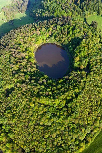 Der Windsborn-Kratersee, ein Maarsee in der Eifel. Einer von 70 trichterförmigen Vulkanen, die durch Wasserdampf-Eruptionen entstandenen sind. ... https://de.wikipedia.org/wiki/Vulkaneifel. . . . . . A volkanoe lake in the Eifel mountains, Germany. One of 70 funnel-shaped volcanoes, that are caused by water vapor eruptions. ..
