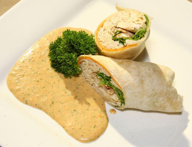 Te comparto una excelente idea para darle a tus invitados como snack de la tarde: Wraps de Pollo, vegetales y Dip de Tomates confitados.