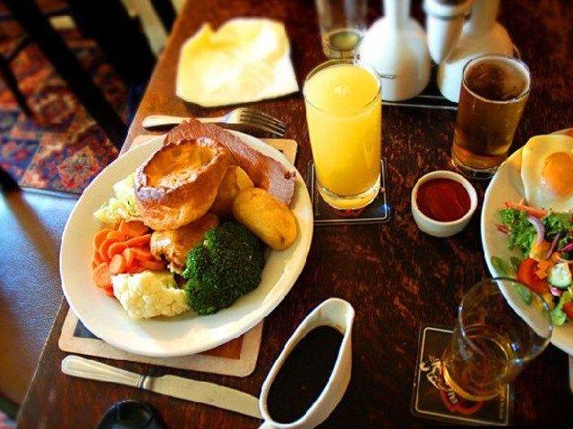 Особенности английской кухни http://anymenu.ru/osobennosti-anglijskoj-kuxni/  Каждый раз, когда люди посещают Британские острова, они просто не могут устоять перед замечательным вкусом британской кухни. Хотя долгое время она была предметом большого количества насмешек от ее европейских соседей, британская кухня обладает одной из самых длинных историй помимо вкусных обедов. С увеличивающимся разнообразием населения много новых культур и влияний проникли в традиции приготовления еды
