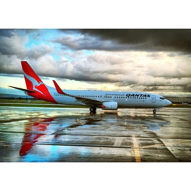 Qantas B737-838 at a wet Perth Airport @stratman84