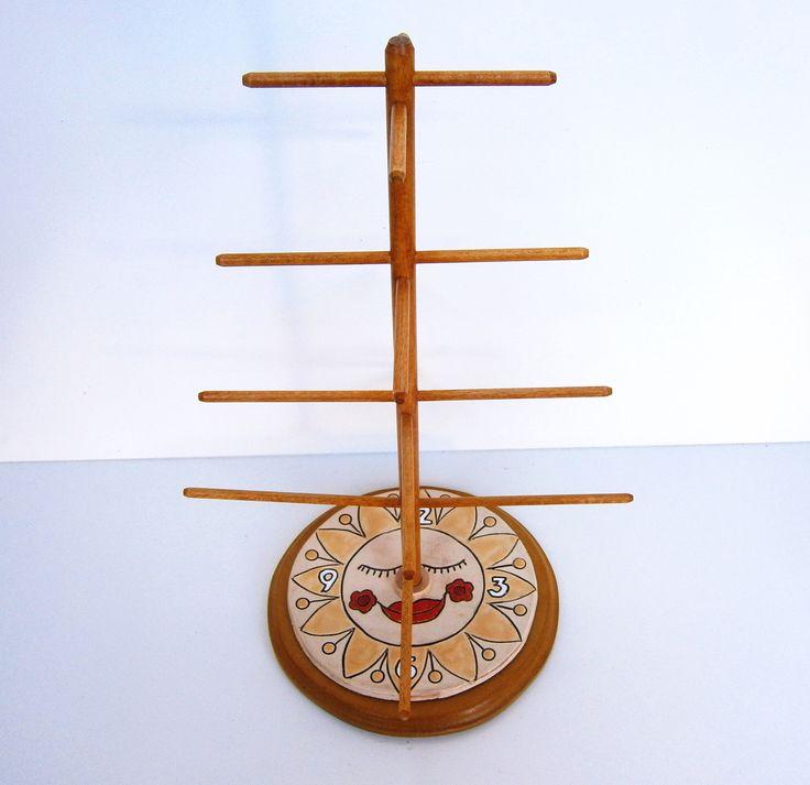 Dřevěný stojan na šperky ve tvaru slunce Dřevěný stojan na šperky ve tvaru slunce je vyrobený z bukových kulatin (vršek) a středně tvrdé dřevovláknité desky (základna ryby). K základně je napevno přilepeno keramické slunce (Fler, Kaple, keramický polotovar). Stojan je focen namořený odstínem žlutým a přelakovaný bezbarvým lakem. Další stojánky s keramickými ...