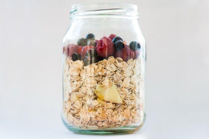 Рецепты: Полезный завтрак на работу за 8 минут: Овсянка в банке без приготовления
