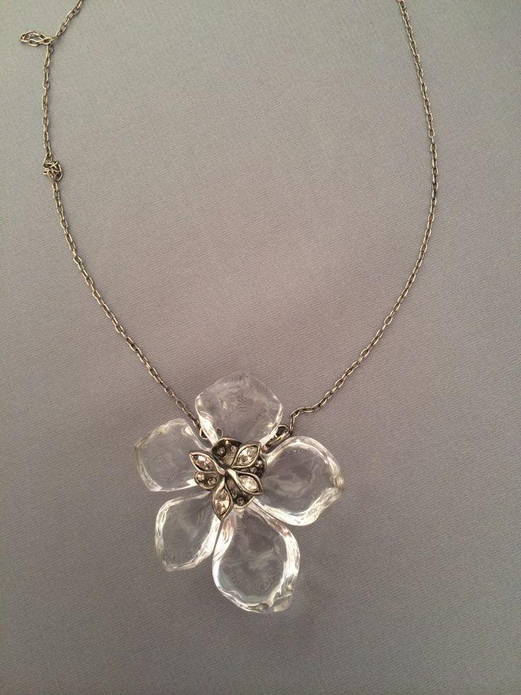 Украшение с цветком магнолии поражает своей нежностью и элегантностью. Оно создано для Леди Совершенства! Почувствуйте дыхание лета, одев на себя этот магический цветок молодости!