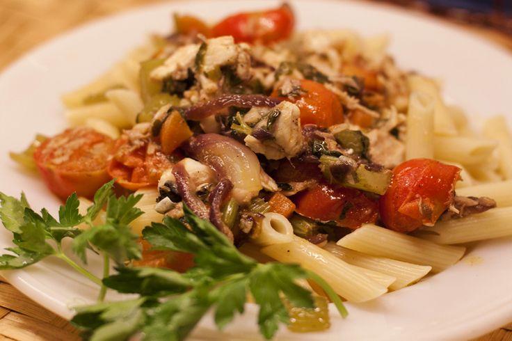 Паста с соусом из овощей и морского окуня -  одно из самых вкусных блюд традиционной сицилийской кухни. Приготовление соуса из окуня и овощей может показаться немного трудоёмким, однако результат вас не разочарует. Великолепное сочетание вкусов и ароматов заставит вас добавить это блюдо в список самых любимых!