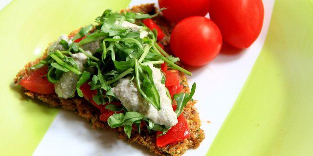 La versione crudista della più che famosa pizza italiana. Una base di semi di lino, zucchine e cipolle e verdure condite e marinate a piacere. Provala!