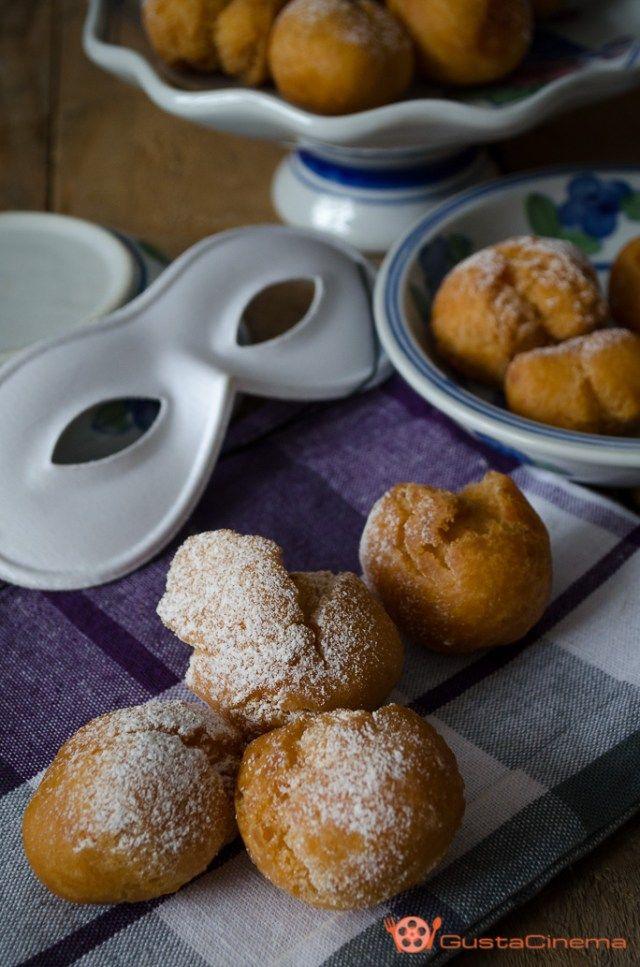 Castagnole all'arancia senza burro sono delle gustose e soffici palline fritte il cui nome deriva dalla loro forma simile alle castagne.
