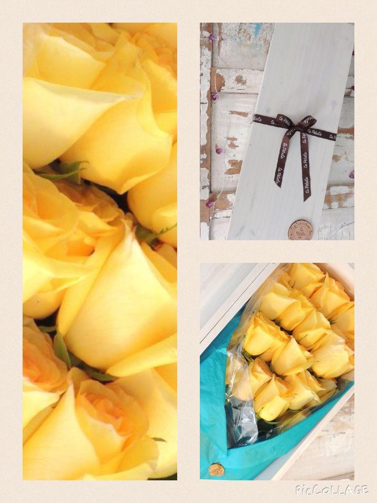 Caja de rosas: Caja de pino en color blanco con 25 rosas de calidad de exportación. Haz tu pedido al Teléfono +571 2159030 o al correo electrónico clientes@lapetala.com. Precio $ 155.000