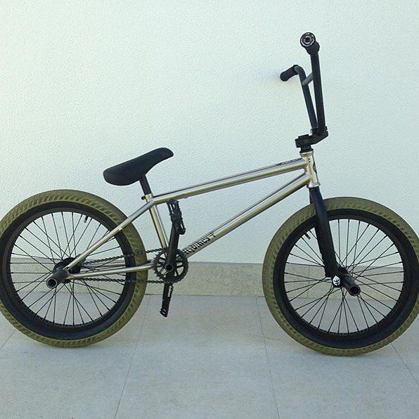 @kakarotobmx giving you a look at his current setup! How good does the stainless black and Military green combo look? #bmx #flybikes #bike #style #brazil @dreambmx