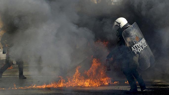 """Anarchisten schleudern Molotowcocktails, Attentäter schießen von einem fahrenden Motorrad – Athen erlebt eine Welle der Gewalt. Premier Tsipras wird vorgeworfen, seine Regierung sorge nicht für die Sicherheit der Bürger. Ein """"Klima des Krieges"""" breite sich in Athen aus, warnt Giorgos Kaminis. Der Bürgermeister der griechischen Hauptstadt glaubt: """"Sie wollen Tote"""". Gemeint sind die Attentäter, die … """"Gewaltwelle – Schatten der Angst über Athen (incl. VIDEO)"""" weiterlesen"""