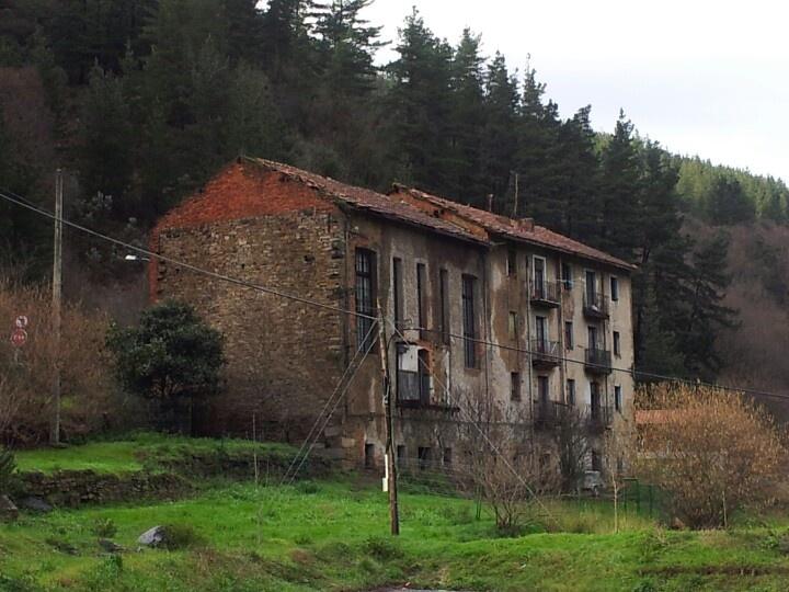 Balmaseda-20130209 - Casa de obreros y capilla de la fábrica de boinas La Encartada