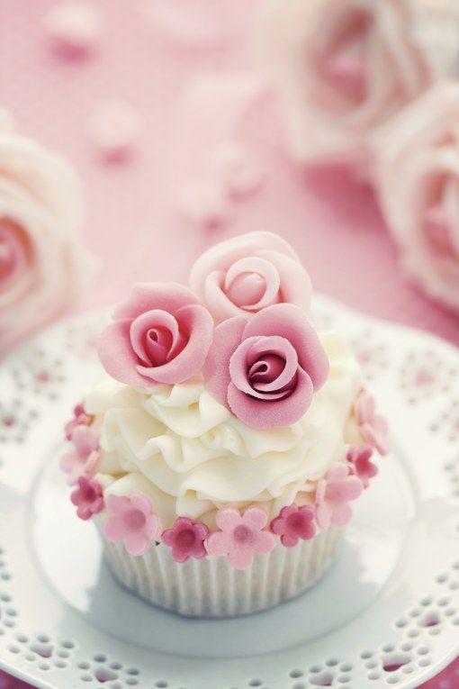 Le cupcake, oltre a essere buone da mangiare, sia con una bella tazza di caffè sia con un tè caldo, lasciano ampio spazio alla creatività...