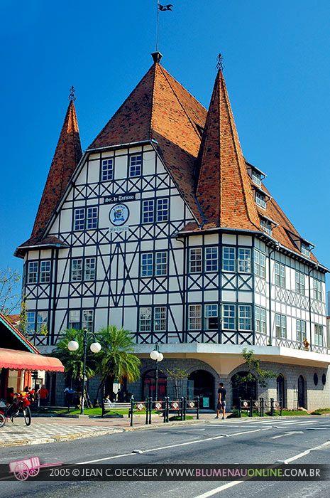 Arquitetura típica de Gramado, estado do Rio Grande do Sul, Brasil. Gramado fica na Serra Gaúcha, e tem forte influência alemã e italiana, o que se reflete especialmente na culinária e na arquitetura urbana e rural.