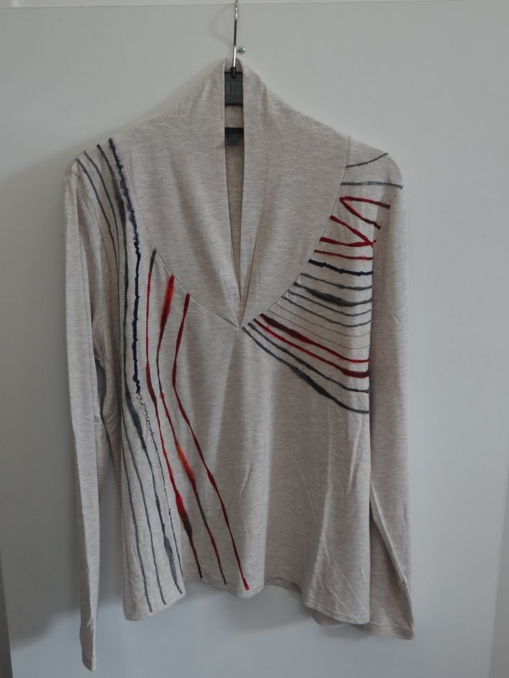 Blusa color crudo cuello pico con vivo multicolor
