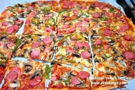 İnce ve çıtır hamurlu pizza seviyorsanız tarifimizi uyguladığınızda pişman olmayacaksınız. Çok pratik ve çok lezzetli... Evdeborek yemek tarifleri olarak afiyet dileriz.
