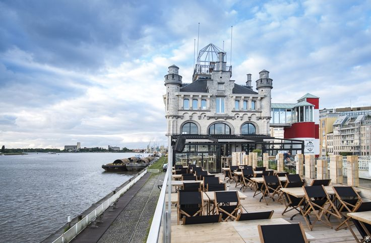 What? Van 1 mei tot begin oktober 2016 staat de Antwerp Tower in hartje Antwerpen voor de grootste pop-up van Vlaanderen, één van die projecten binnenin de toren is Bar Gloed. De plek leent z'n naam aan de warme gloed die de roestkleurige ramen van de toren weerkaatsen in het zonlicht. Je kan er elke dag terecht voor …