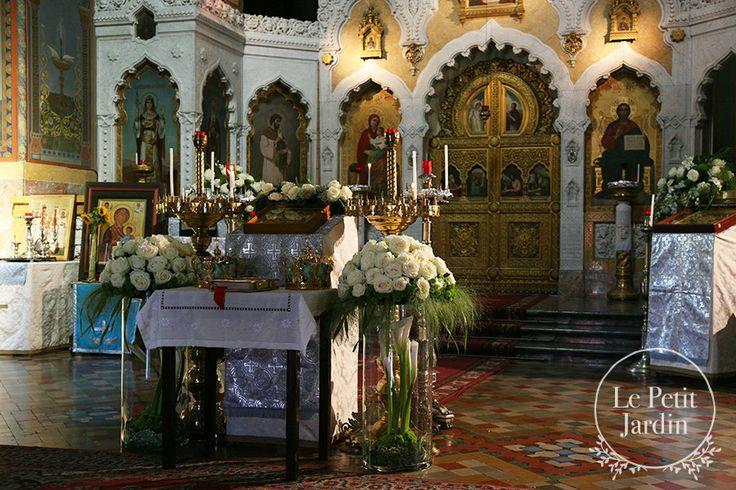 Vasi in vetro con composizione di rose avalanche  con calle all'interno dei vasi ed una composizione più semplice sull'altare.
