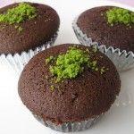 Bugünkü kolay kek tarifi sitemizde sizler için basit kakaolu cupcake tarifi hazırladık. Kakaolu cupcake tarifi yapımı gerçekten çok kolay bir tariftir. Kakao sevenler için sizlere önerebileceğim kolay kakaolu cupcake tarifi mutlaka yapıp denemelisiniz. Pişman olmayacağınız ve hep yapmak isteyeceğiniz bir kek tarifi.Ayrıca nefis kakaolu cupcake tarifi 30 dk çabucak yapıp misafirlerinize çayın yanında ikram edebilirsiniz. Pratik kakaolu cupcake tarifi için malzemeler aşağıdadır. Afiyet…