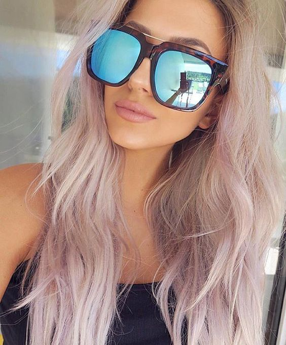 I love the pastel pink/blonde of her hair. The sunglasses are too excessive though... Even for me §