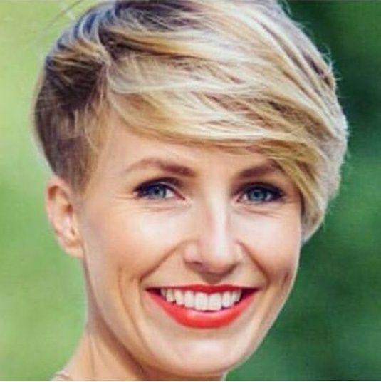 Speciaal voor alle hoogblonde beauty's: 10 trendy korte blonde kapsels die een kleurrijk accent hebben toegepast in hun kapsel. - Kapsels voor haar