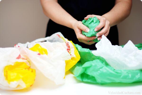 Doblar las bolsas de plastico para que ocupen menos espacio