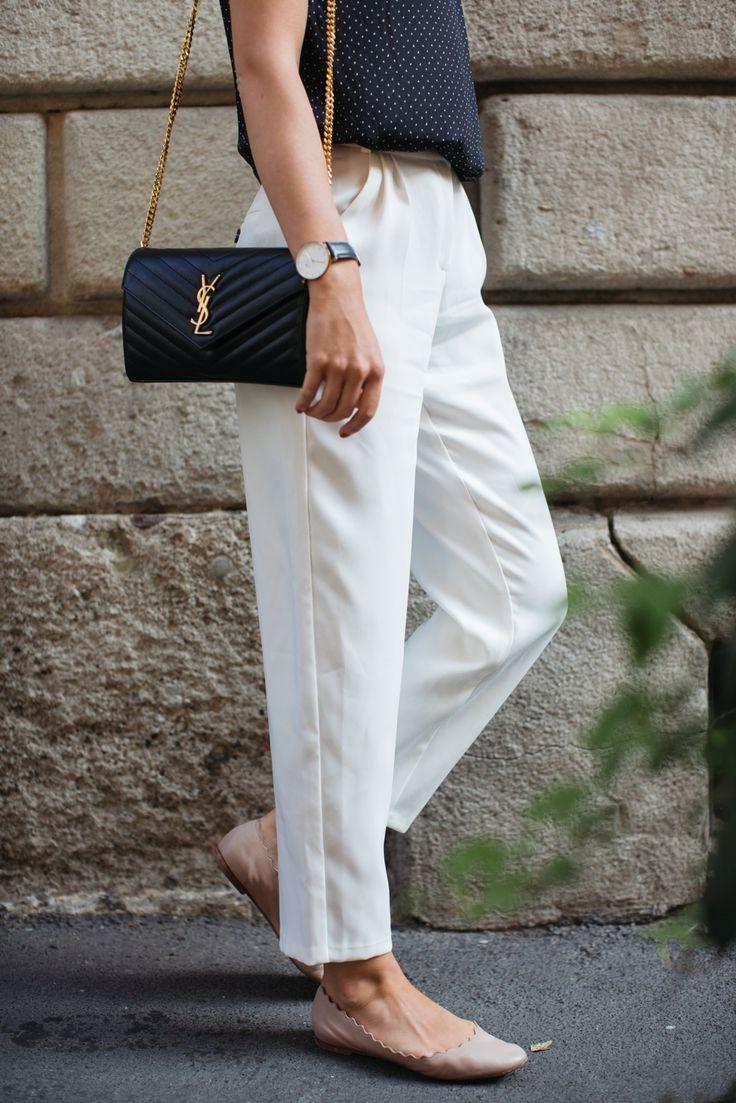 flats / baletki - net-a-porter (podobne tutaj) sunglassses / okulary - Ray-Ban watch / zegarek - Daniel Wellington white trousers / spodnie spodnie - Mango silk top / jedwabna bluzka bez rękawów - Massimo Dutti (podobna tutaj) bag / torebka - vintage YSL (model nadal dostępny w sklepach)  Pobyt w Mediolanie dał miokazję, aby nacieszyć sięlatem jeszcze przez krótką chwilę. Mój ulubiony klasyk na letnią pogodą - białe spodnie - jest trochęw klimacie retro, bo wysoka talia, zaszewki i…