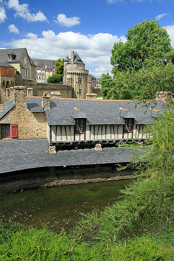 Le vieux lavoir, la Tour du Connétable et les remparts de la ville de Vannes. Bretagne.