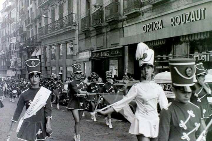 Majorettes desfilando por la calle Chapitela, en los años 60. Pamplona.