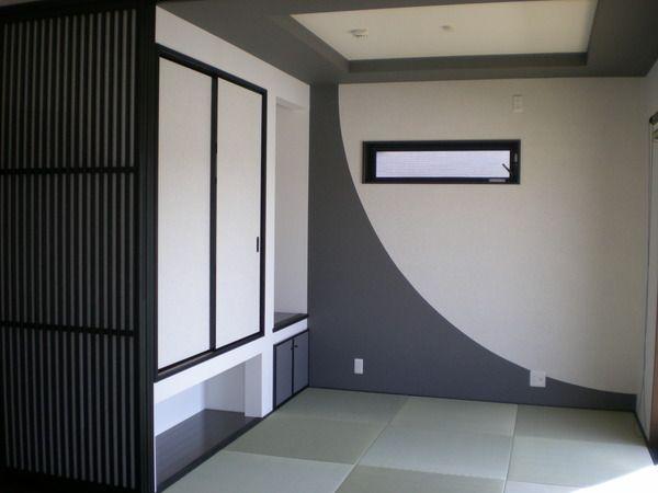 折り上げ天井と、クロスの貼り分けで個性的に仕上がったモダンな和室。(デザイン住宅)