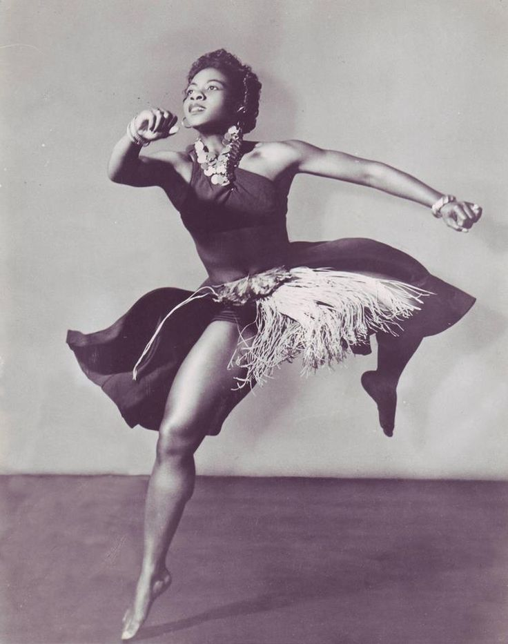 Pearl Primus, danseuse américaine dans le ballet African ceremonial, 1945, photo: Gerda Peterich                                                                                                                                                      More