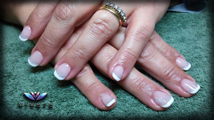 Επέκταση με φόρμα-τζελ και γαλλικό ημιμόνιμο με απλό nail art με ασημί γκλίτερ. #gel #extension #french #white #snow #nail_art #manicure #nails #glitter #vivere