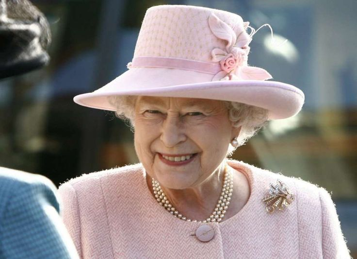 La reina Isabel II de Inglaterra durante una visita a la escuela Flitcham de Norfolk, Inglaterra (Re... - ANDREW WINNING