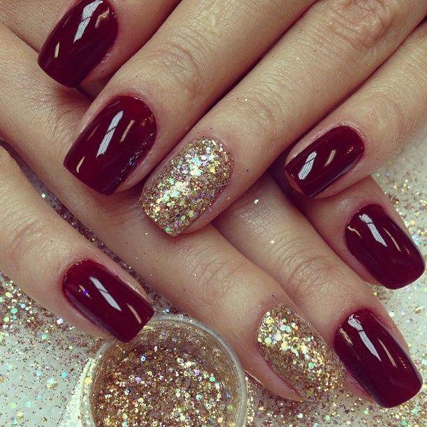 Para Nochevieja da tu toque con brillo a tus uñas como este. Combínalas con tu vestido. #uñas #diseño #granate #brillo #doradas #nochevieja #estilo