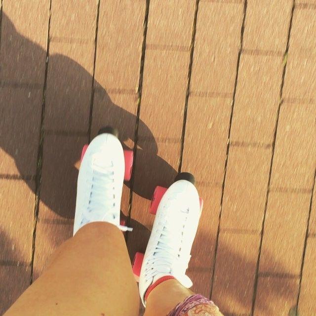 My dzisiaj na sportowo☀️ Jezdzicie czasem? Macie swoje trasy? #cahlowear #sport #roller #rollerskating #love #loveyourself #rollerskate #wrotki #skate #skate4life #like4like #likeforlike #passion #fashion #polishgirl #polishwoman #chodakowskaewa #czasnawyzwanie #trening #motywacja #fit #fitness @skates4upl