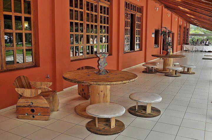 Mesa sofa y sillas con carretes palets y barriles - Mesas de palets de madera ...