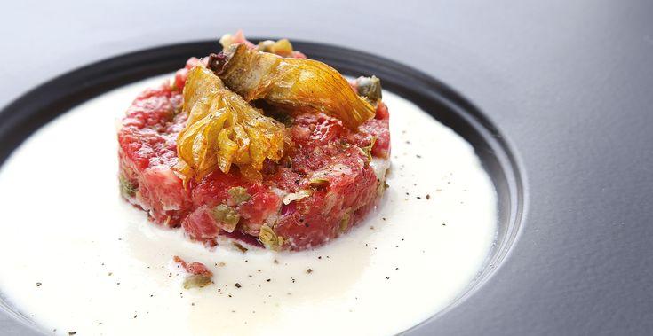 """""""Tartare di carne scozzese con fonduta al parmigiano e corona di carciofini croccante"""" dello chef Michele Cannistraro  #lamadia #lamadiatravelfood #food"""