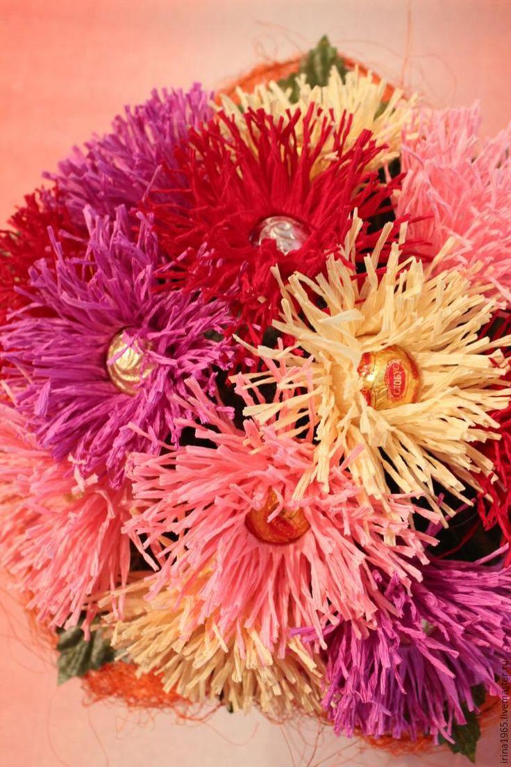 Для создания цветка нам необходимо: конфета; гофробумага; ножницы; степлента; скотч; зубочистки. От гофробумаги отрезаем во всю длину полоску около 10 см. На один цветок уйдет одна полоска. Эту полоску разрезаем поперечно на 6 отрезков по 7 см. Седьмой отрезок некондиция, убираем его. Теперь первую полоску режем как бахрому до рубчика ил&h…
