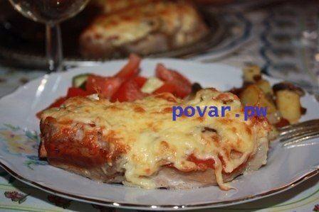 ТОП-6 рецептов мяса по-французски:  1. Мясо по-французски с помидорами  Ингредиенты:  Свиная шейка — 700 г Лук — 1–2 шт. Помидоры — 3–4 шт. Сыр — 200 г Майонез — 100 г Соль, перец — по вкусу Зелень — по вкусу  Приготовление:  1. Свинину отбиваем через полиэтиленовую пленку. Солим, перчим, добавляем специи по вкусу.  2. В противень для запекания или форму наливаем растительное масло и выкладываем отбитые кусочки свинины. Лук нарезаем кольцами или полукольцами и, не разделяя его, выкладываем…