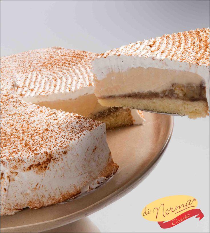 """""""Bolo Maravilha de Banana"""" (Aro 24) - Pão de ló, recheado de delicioso creme flambado de banana com leite condensado. Cobertura de chantilly e canela em pó"""