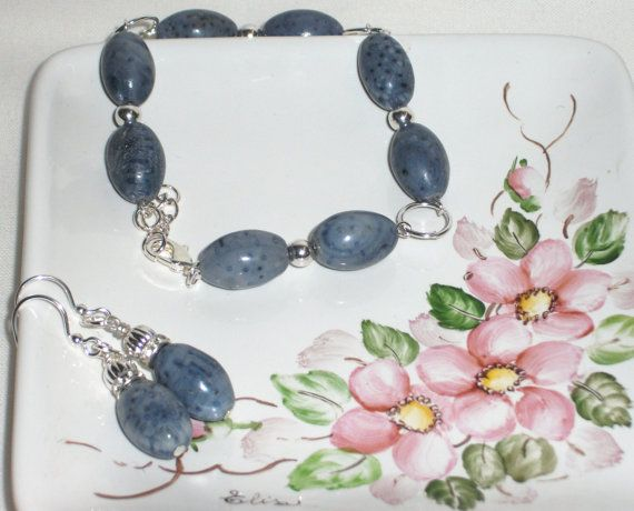 Bracelet and earing set with Madre pora stones. by Momentidoro, €53.00