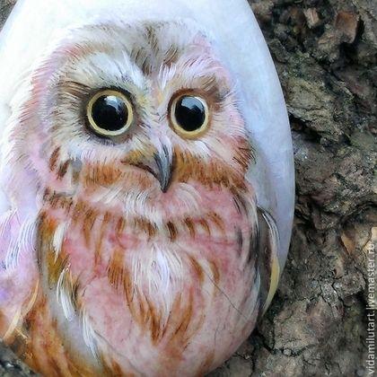 Купить или заказать Сова на яшме в интернет-магазине на Ярмарке Мастеров. Эта нежно-розовая сова выполнена на яшме-крошке и являет пример истинно миниатюрной живописи. Весь рисунок - с ноготь Вашего большого пальчика :) Розовой сову делает, в основном, натуральный цвет яшмы, проглядывающий через красочный слой. Даже один из глаз птички - это замаскированное пятнышко на кабошоне. Так что, мы считаем, эта сова была там всегда :) Этот камушек станет изящным сердечком…