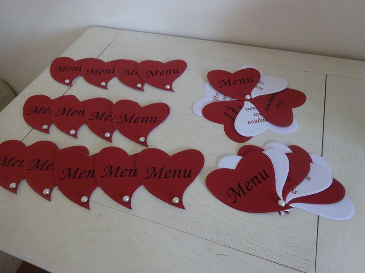 Menu pour mariage en forme de coeur sur le thème du blanc et du bordeaux