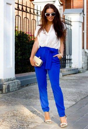 неоново-синие брюки с белой блузкой