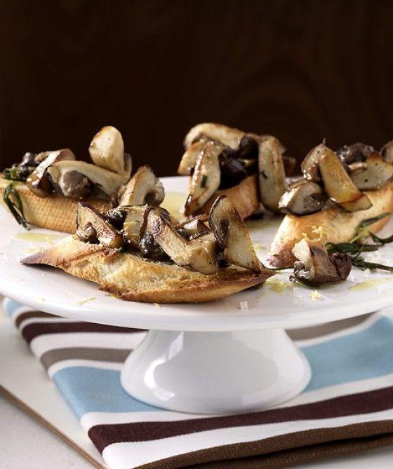 Steinpilz-Bruschetta: Baguetteschnitte delux! Auf knusprigem Brot versammeln sich köstliche Steinpilze mit Rosmarin, Olivenöl und Zitrone.