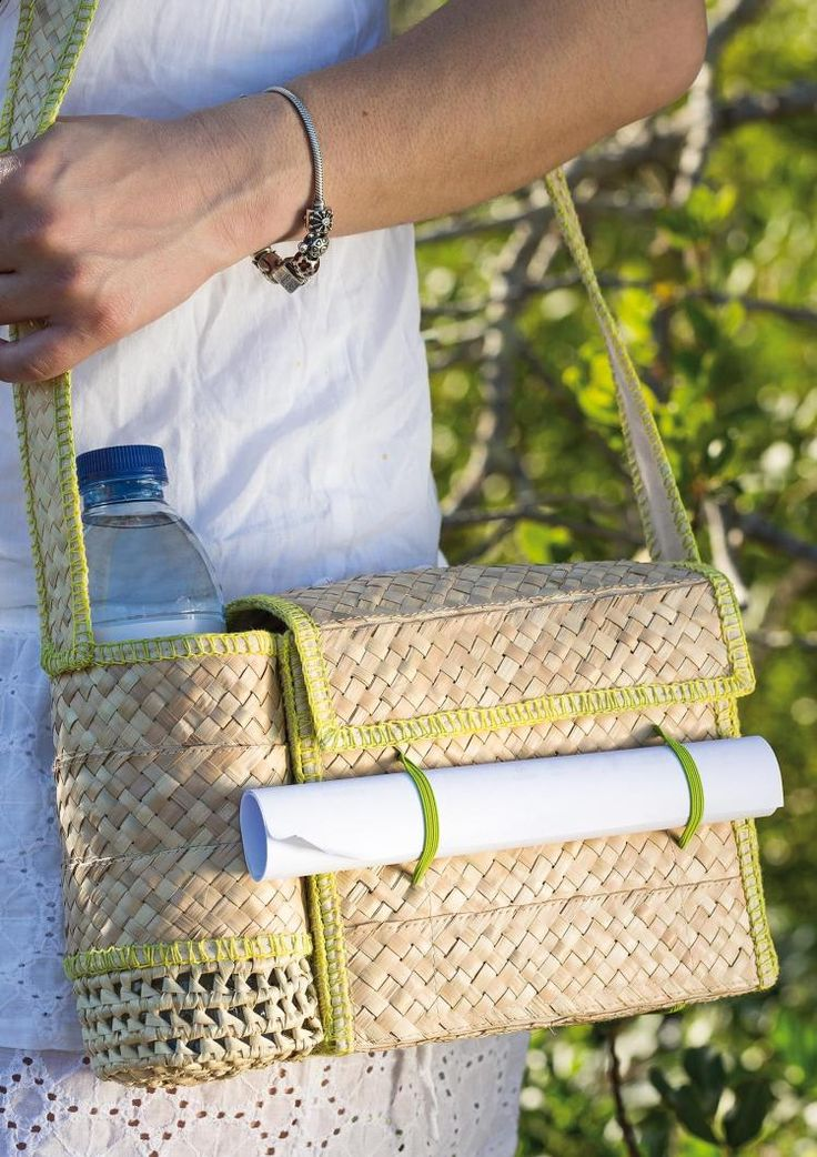This walker's bag uses nothing but natural materials. It reflects the tradition of the Algarve; the love and the dedication of the artisans who produced it. It is the perfect companion on any walk, allowing easy access to your map, phone, water bottle and other objects. It is made of woven dwarf fan palm leaves, an ancestral technique that gives the bag flexibility, lightness and beauty.  It is presented in its natural colour or with colourful decorations made with palm.