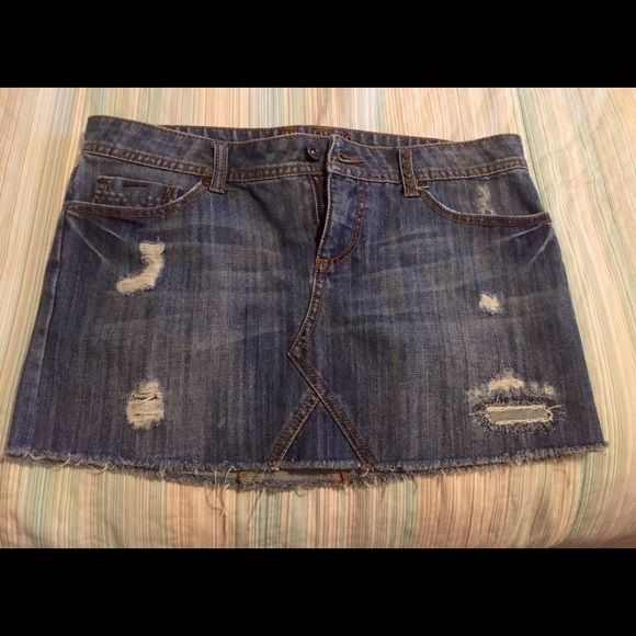 Amazing Billabong denim mini skirt size 9. NWOT Awesome denim skirt by Billabong is so versatile! Wear to the beach with flip flops or out to dinner with a sexy tank and wedges Size 9. NWOT. Pet Free/Smoke Free Home. ❤️ Billabong Skirts Mini