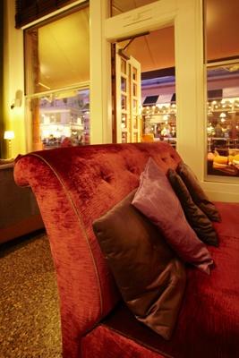 Specialdesignad röd soffa