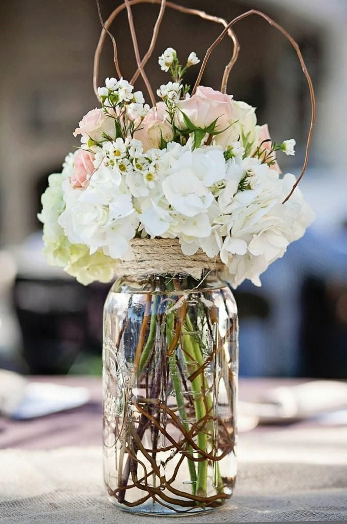 déco de table vintage en ancien pot en verre, hortensias et roses
