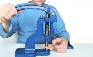 Sparen Sie Zeit beim Nieten der Druckknöpfe, der Chaton-Nieten oder beim Ausschneiden der Löcher dank Nutzung der Handpresse. Ihre Arbeit wird schneller.